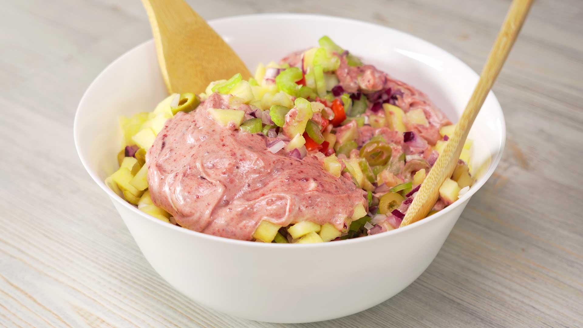 Куриный салат со сливовым соусом