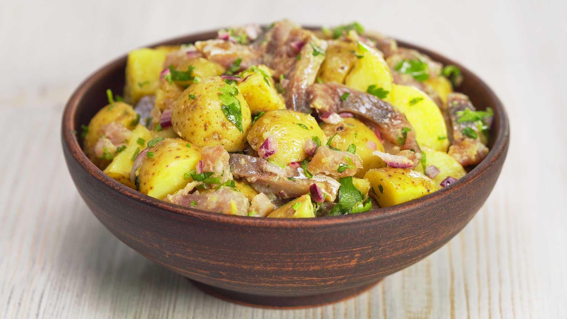 Картофельный салат с копченой селедкой