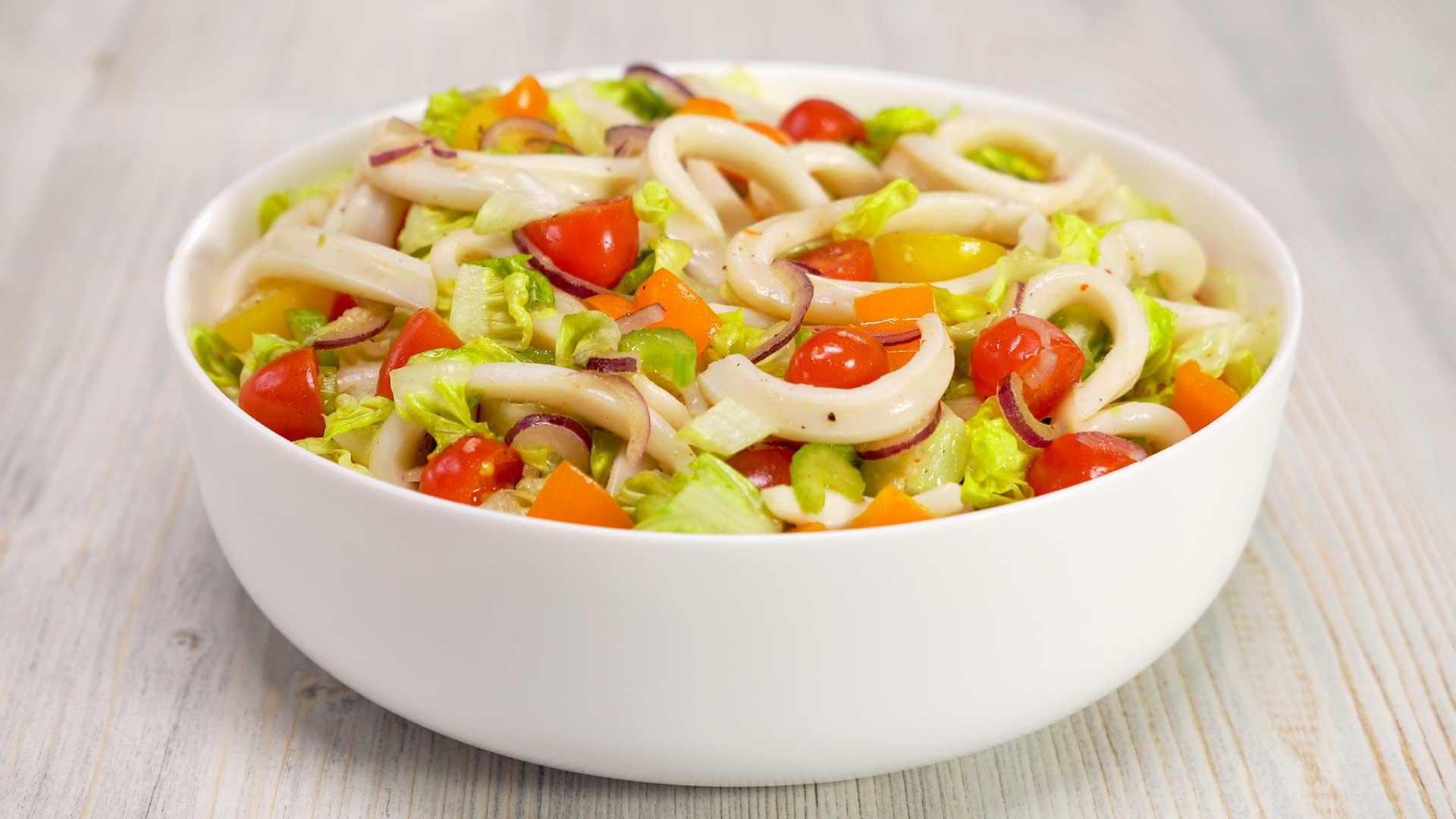 Теплый салат из кальмаров и овощей с пикантным соусом
