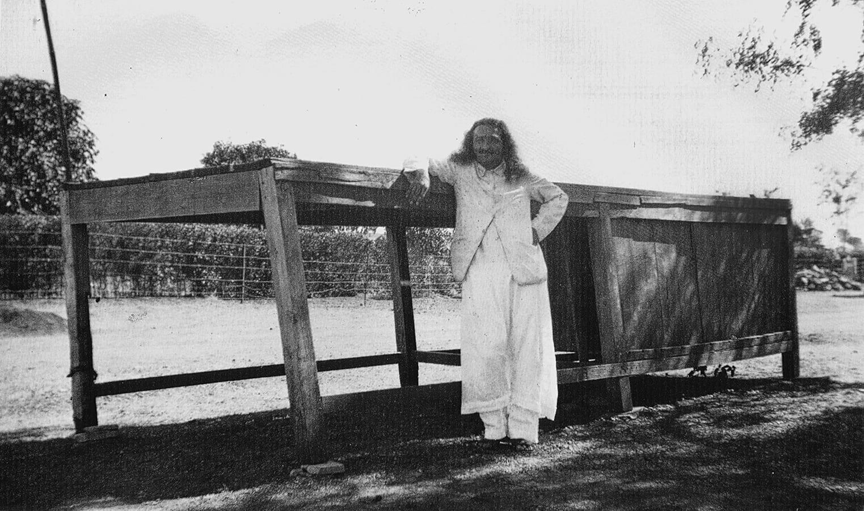 Meher Baba delante de la Mesa Cabina en Meherabad, donde escribió parte de su libro 'oculto' durante los años 1925 y 26.