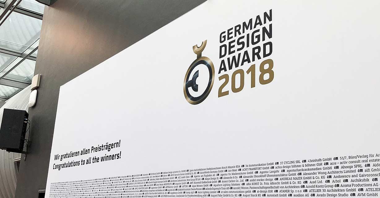 Eine Wand beim German Design Award 2018 bedruckt mit den Namen aller Preisträger
