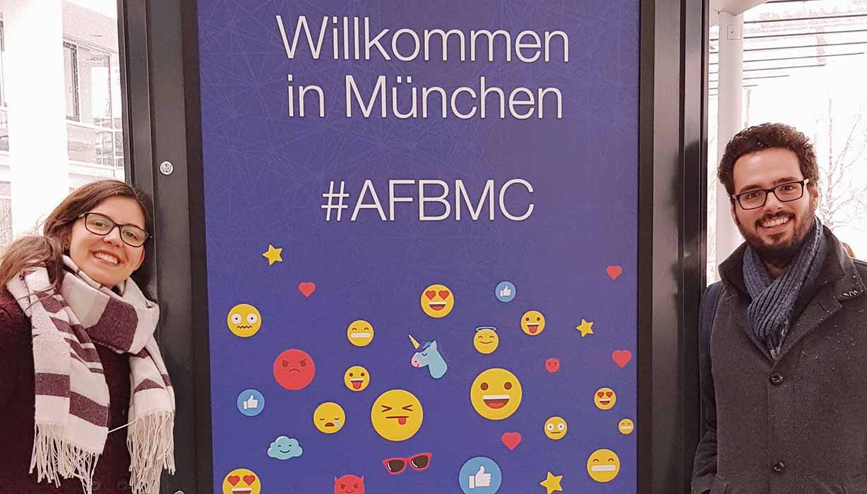 Wir stehen vor dem Begrüßungsschild der #AFBMC