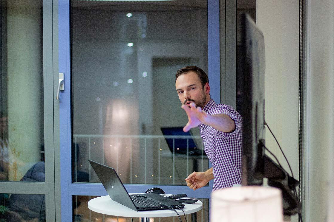 Benjamin Burkard während seines Vortrags zur digitalen Kommunikation in Unternehmen