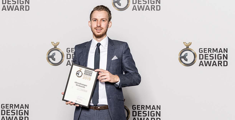 Simon Eberhardt, Gschäftsführer von ideenhunger media GmbH empfängt den German Design Award 2019