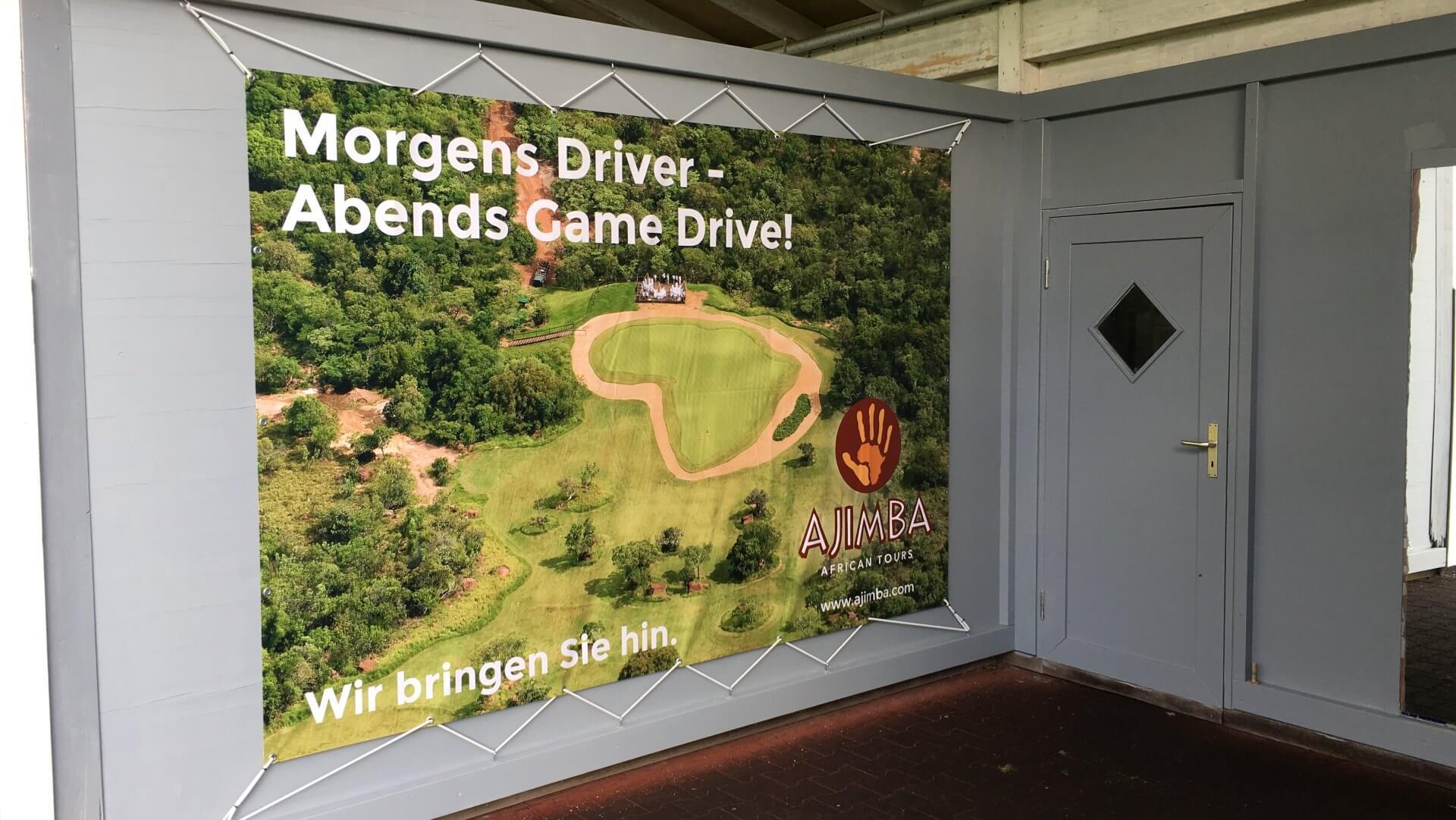 """Das 2 x 3 Meter große Plakat im Golf-Club """"Bremer Schweiz"""" bildet das """"Extreme 19th"""" im südlichen Afrika ab."""