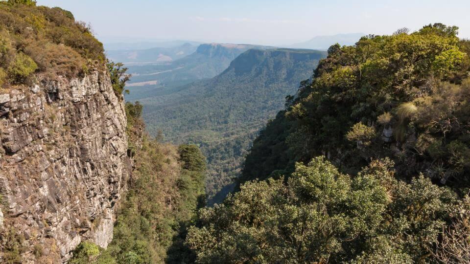 PANORAMA ROUTE - Sie gehört mit ihren zahlreichen spektakulären Aussichtspunkten zu den eindrucksvollsten Reisezielen Südafrikas. Hier fällt das Inlandsplateau (Highveld) plötzlich und steil um bis zu 1000m ab.
