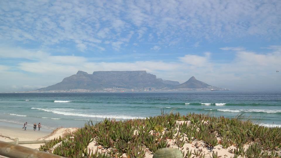 KAPSTADT - Gelegen zwischen zwei Ozeanen, an den Hängen des legendären Tafelberges und der glitzernd-blauen See der Table-Bucht, liegt eine der schönsten Städte der Welt