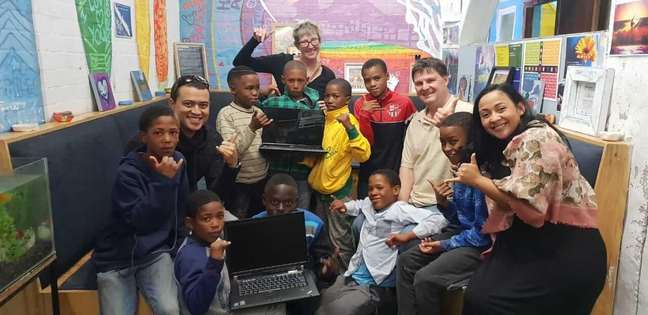 Kinder freuen sich über Laptop