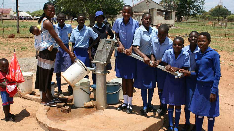 Gemeinsam frisches Wasser pumpen