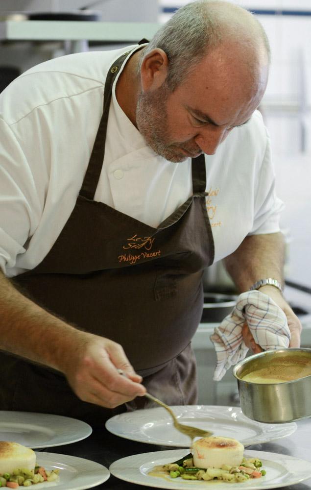 Philippe Vazart ajoutant la sauce sur ses plats photo Ubaldo Lecca