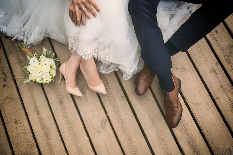 Füße von Braut und Bräutigam