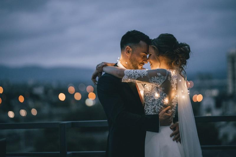 Brautpaar tanzt auf Dach ihren Hochzeitswalzer