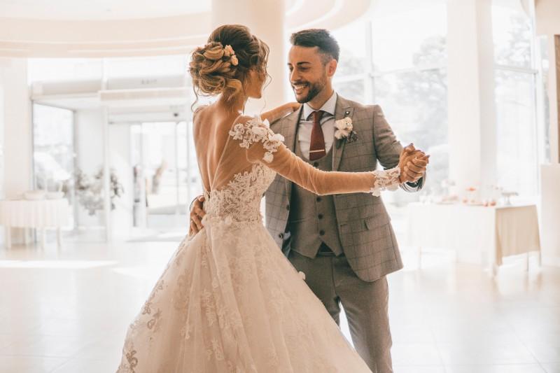 Brautpaar tanzt in Hochzeitslocation ihren Eröffnungstanz