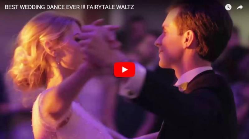 Paar tanzt Wiener Walzer