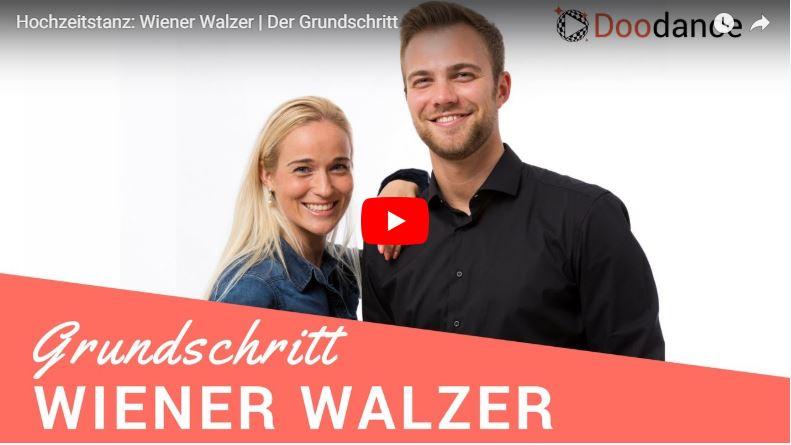 Zwei Tanzlehrer zeigen den Wiener Walzer Grundschritt