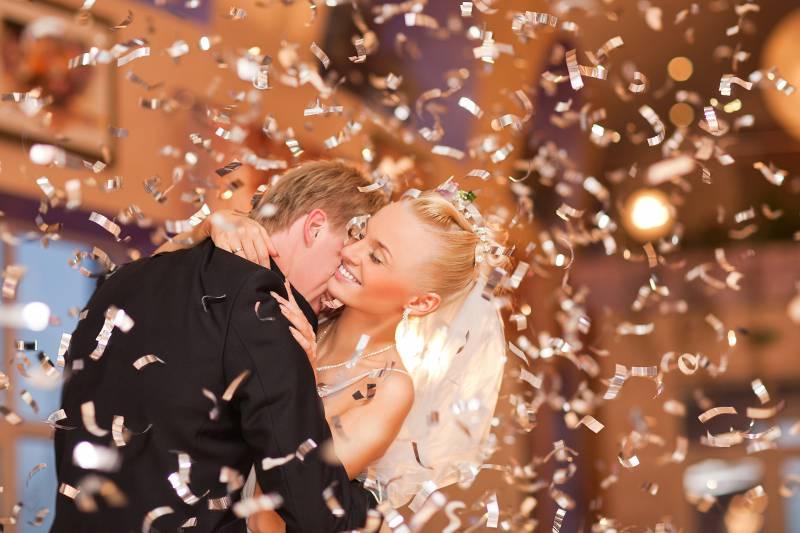 Verliebtes Hochzeitspaar bei Eröffnungstanz mit Lametta