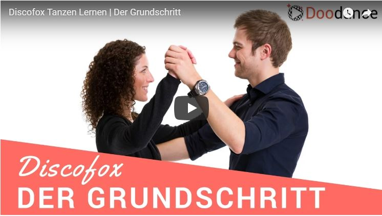 Zwei Tanzlehrer zeigen den Discofox Grundschritt