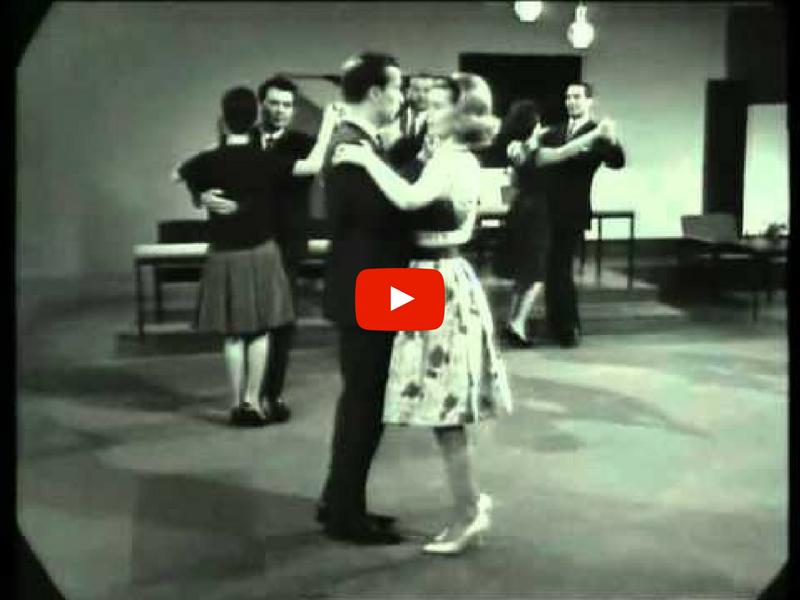 Zwei Tanzlehrer in der Tanzschule tanzen das Wiener Walzer Dreischrittsystem
