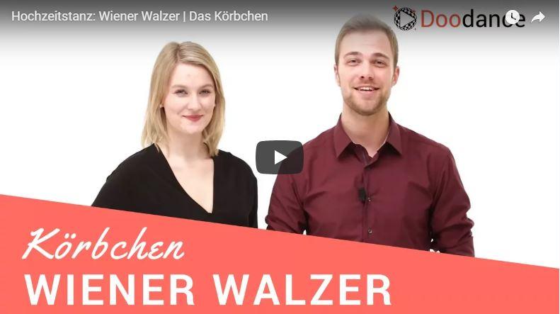 Zwei Tanzlehrer in der Tanzschule tanzen die Wiener Walzer Figur Körbchen