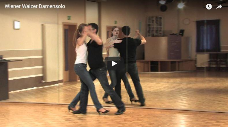 Zwei Tanzlehrer in der Tanzschule tanzen die Wiener Walzer Figur Damensolo