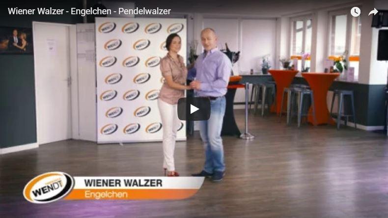 Zwei Tanzlehrer in der Tanzschule tanzen die Wiener Walzer Figur Pendelwalzer