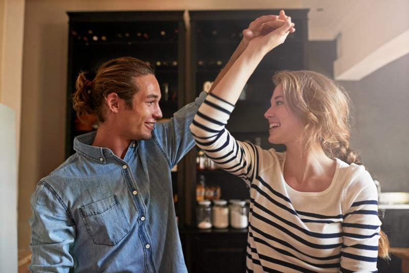 Schönes Paar tanzt zuhause eine Langsame Walzer Figur