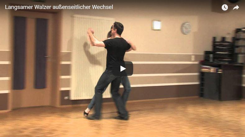 Zwei Tanzlehrer in der Tanzschule tanzen den außenseitlichen Wechsel im langsamen Walzer