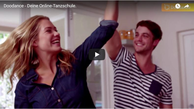 Schönes Paar tanzt zuhause eine Drehung