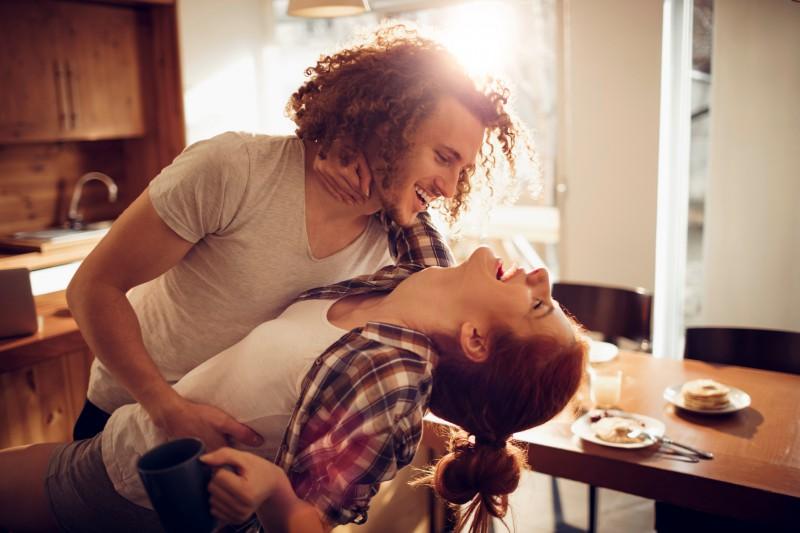 Paar tanzt zuhause verliebt