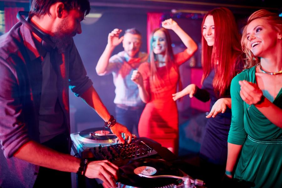 DJ in Musikclub spielt Discofox