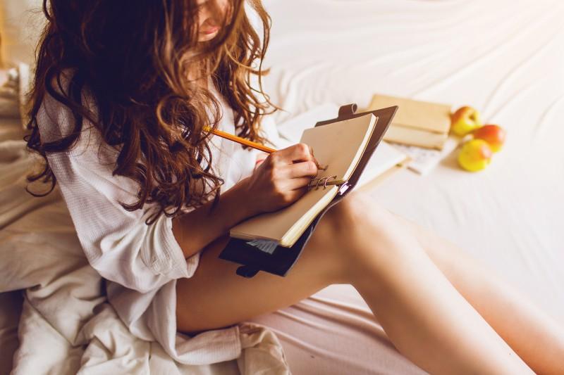 Schöne Frau schreibt Tagebuch