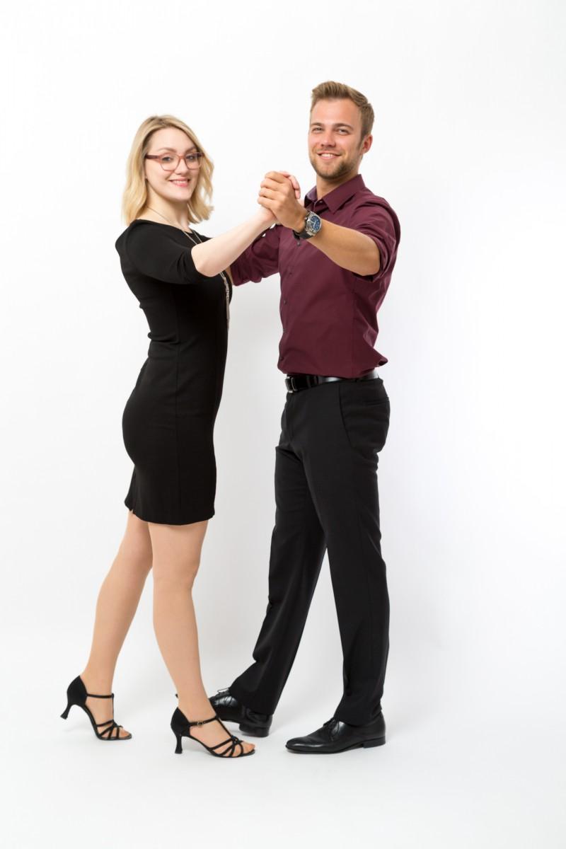 Zwei Tanzlehrer zeigen den Langsamen Walzer Grundschritt