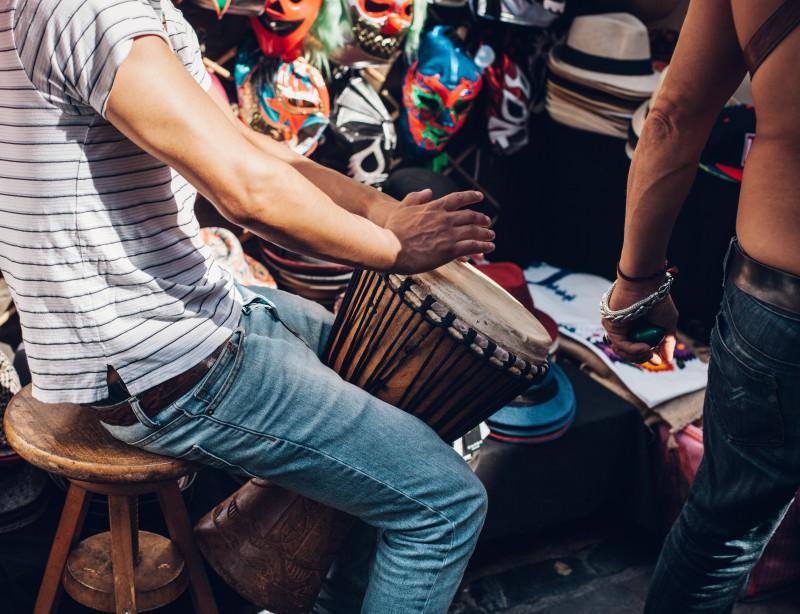 Mann spielt Trommel