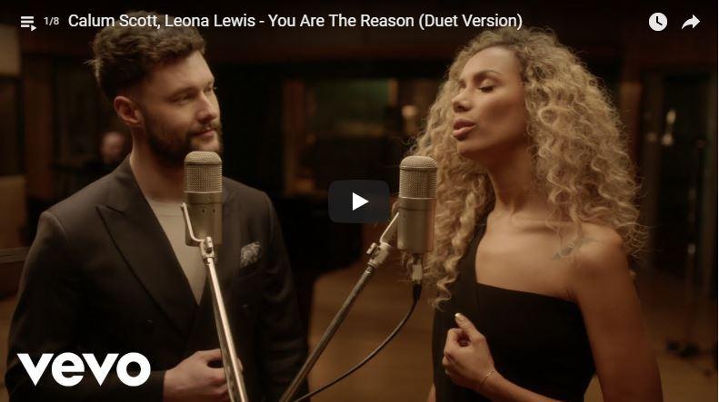 Mann und Frau singen in Musikvideo
