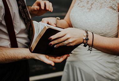 Braut und Bräutigam blättern in altem Buch