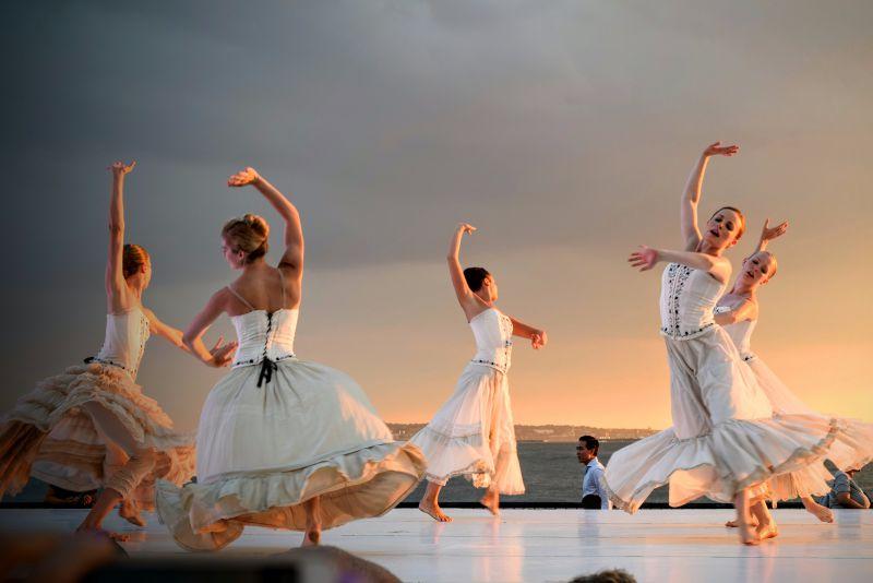 Professionelle Tanzshow vor Sonnenuntergang-Kulisse