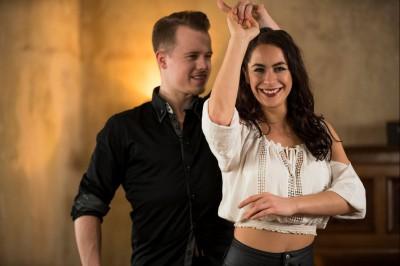 Tanzlehrer-Paar zeigt eine Salsa Drehung