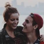 Junges Paar. Ers schaut sie froh an.