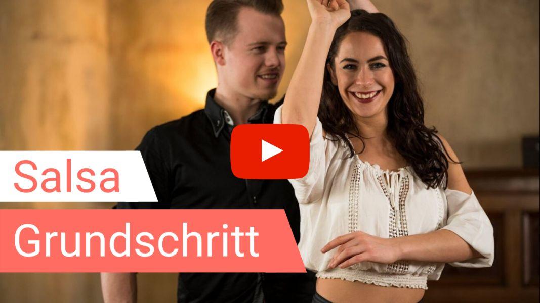Salsa-Tanzlehrer tanzen den Salsa Grundschritt