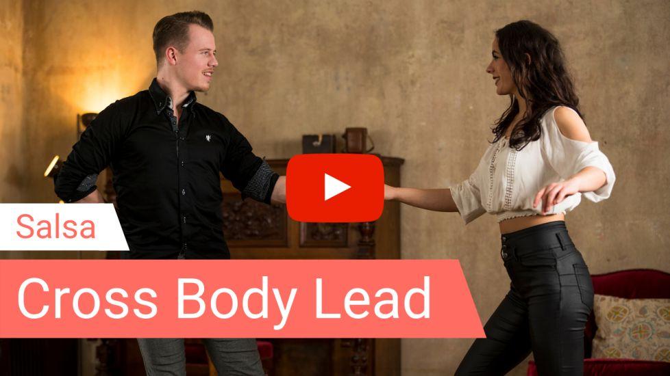 Salsa Tanzlehrer tanzen die Figur Cross Body Lead