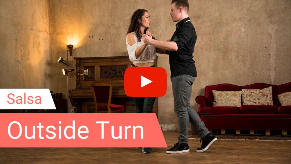Salsa Tanzlehrer zeigen die Figur Outside Turn