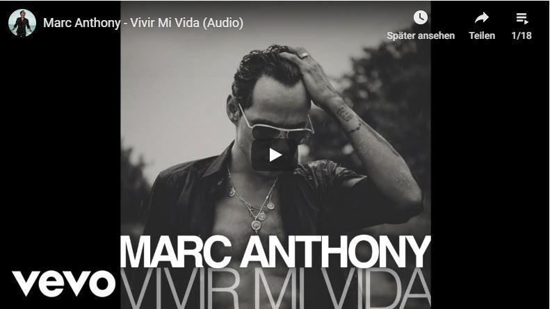 Marc Anthony fährt sich mit der Hand durch die Haare im Musikvideo