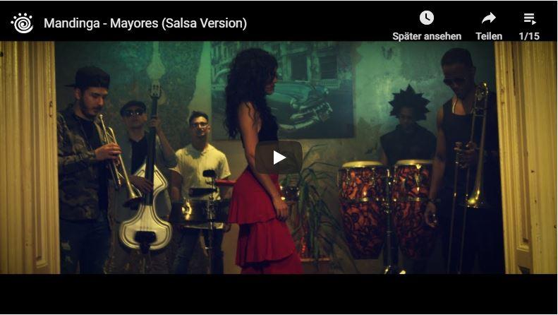 Ausschnitt aus Salsa-Musikvideo mit schöner Tänzerin im Seitenprofil