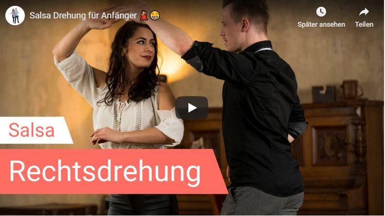 Salsa-Tanzlehrer zeigen wie die Rechtsdrehung funktioniert