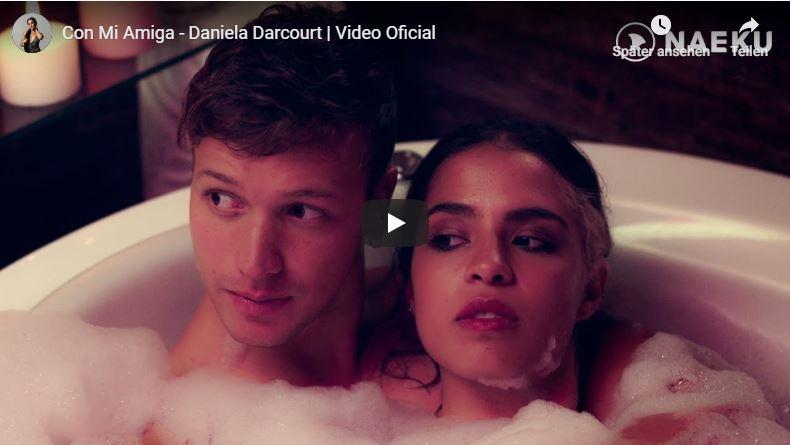 Junges Paar sitzt in einer Wanne in einem Salsa-Musikvideo