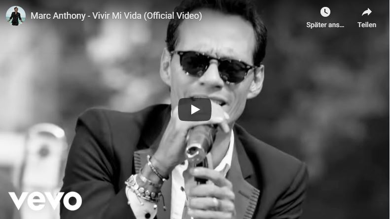 Marc Anthony singt hingebungsvoll im Musikvideo