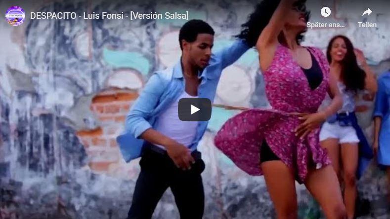 Schönes, junges Paar tanzt Salsa vor Mauer. Kleid der Tänzerin schwingt wunderschön.