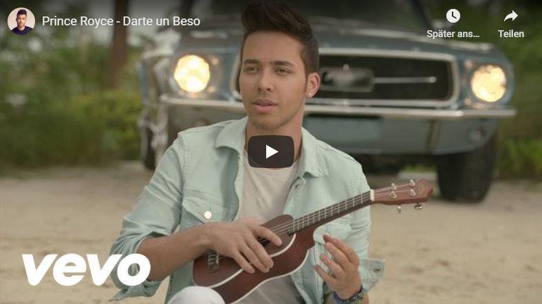 Mann spielt Bachata Musik mit Gitarre.