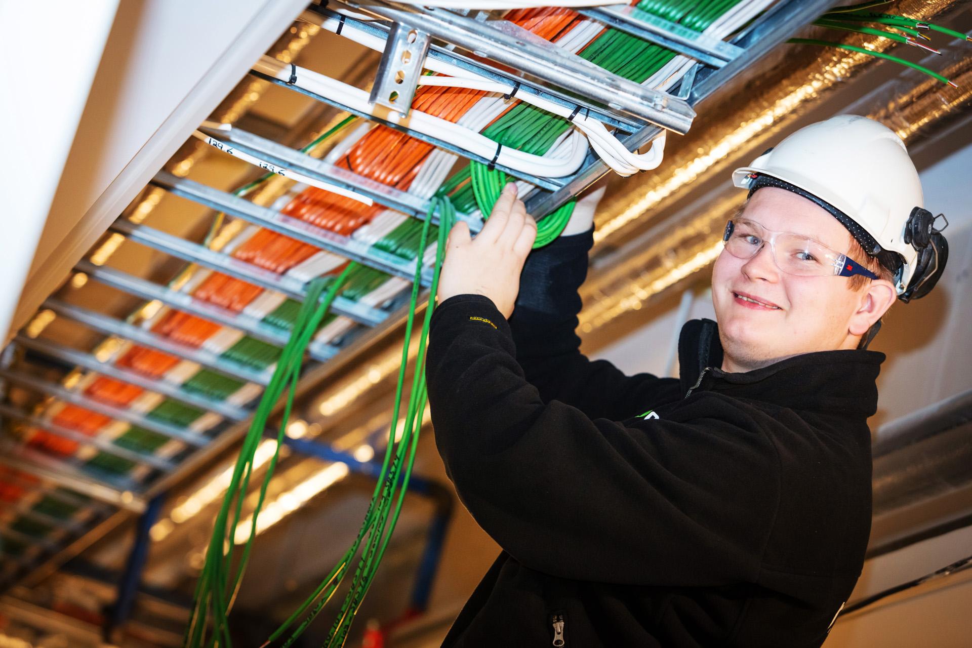 Norelco ansatte legger ledninger.