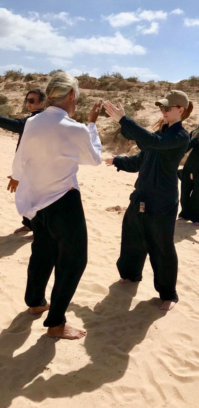 Blog Lifestyle - Séance de Tai Chi sur la Plage de Fuertaventura - Suivre sa Joie - Saskia Parein
